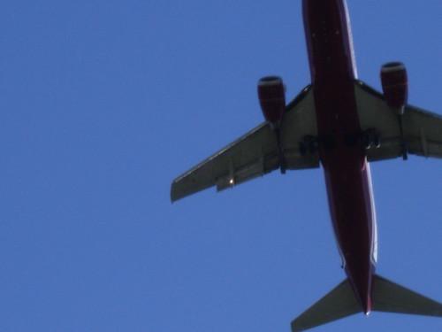 Blick vom Balkon in Meerbusch: Flugzeug im Landeanflug auf Düsseldorf Airport