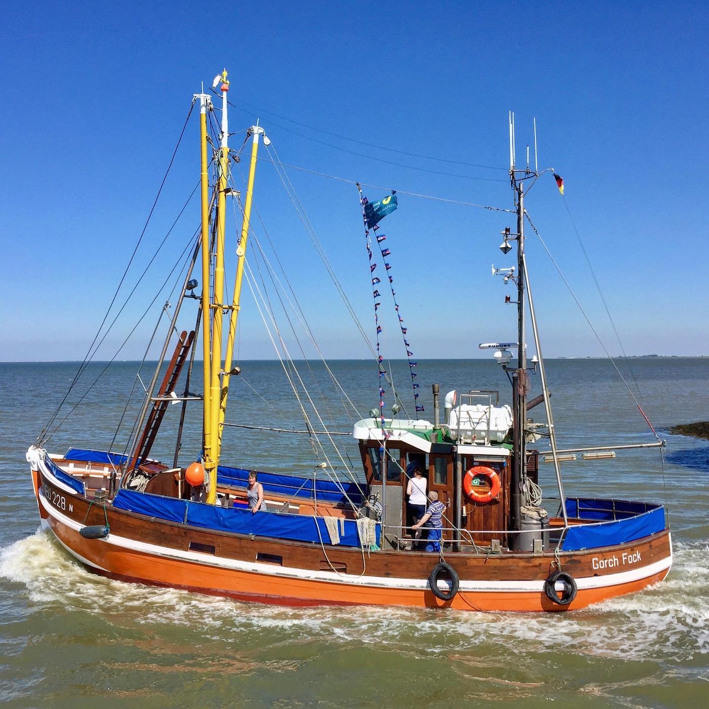 Fischerboot verlässt den Hafen von Neuharlingersiel