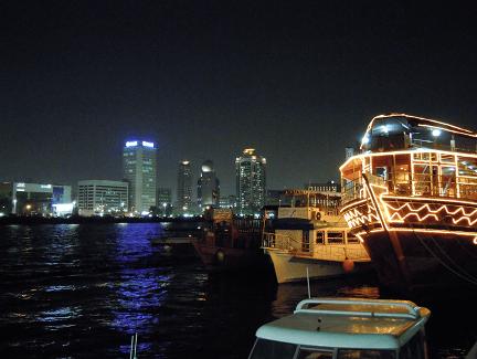 Dubai Städtereisen: Dubai-Creek bei Nacht ist eine tolle Sehenswürdigkeit im Kurzurlaub