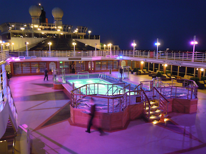 Abendstimmung am Swimming-Pool der Queen Elizabeth
