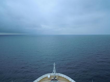 Blick über den Bug der Cunard Queen Elizabeth im Ärmelkanal