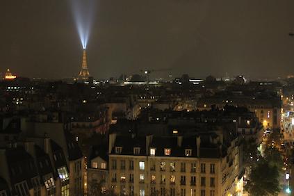 Blick über Paris bei Nacht