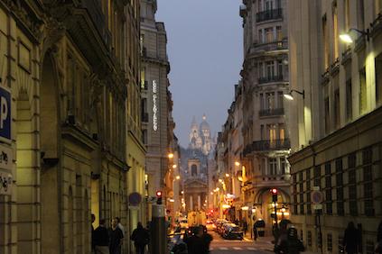 Paris Gay-Urlaub: Blick auf Sacre Coeur in der Abenddämmerung