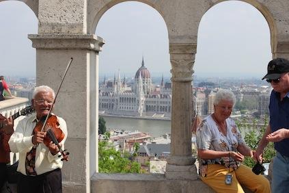Budapest: Blick von der Fischerbastei auf die Donau und das Parlament