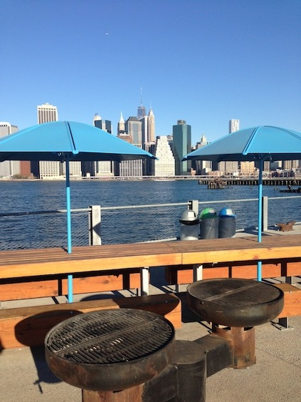 Blick vom Brooklyn Bridge Park nach Manhattan