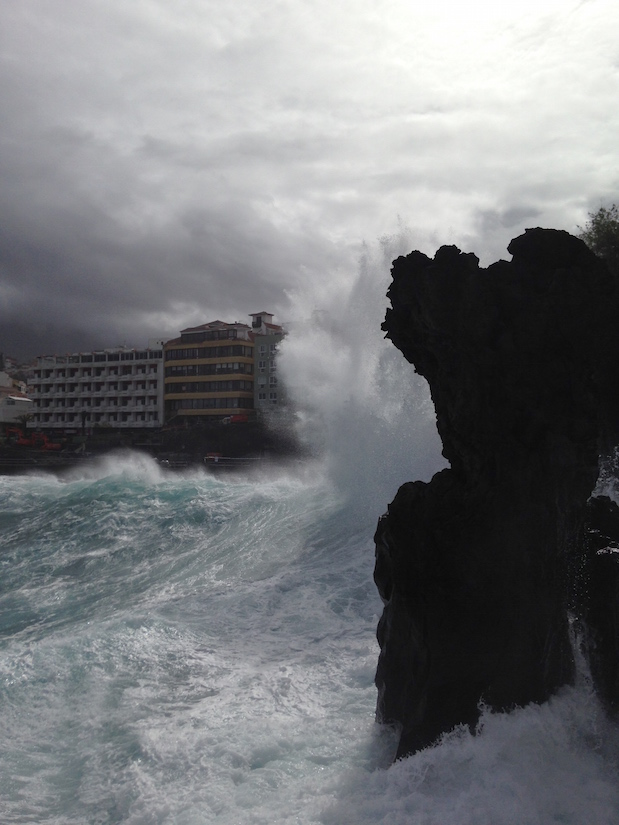 Wellen brechen sich an der Strandpromenade in Puerto de la Cruz