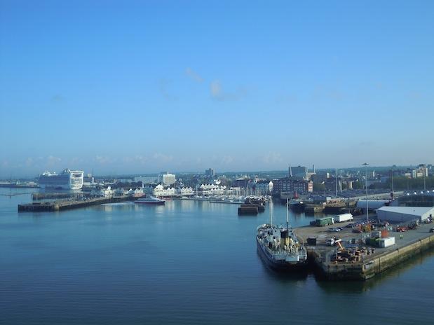 Hafen von Southampton mit Kreuzfahrtschiffen