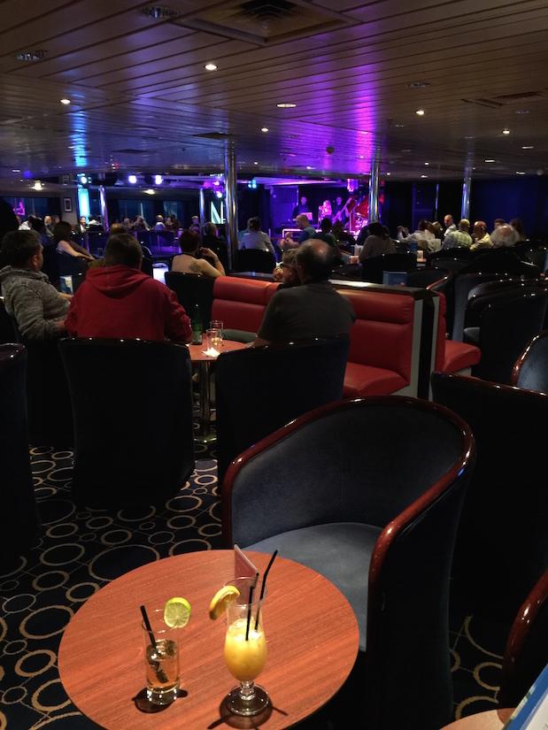Cocktails und Live-Musik im Columbus Club auf King Seaways am Abend