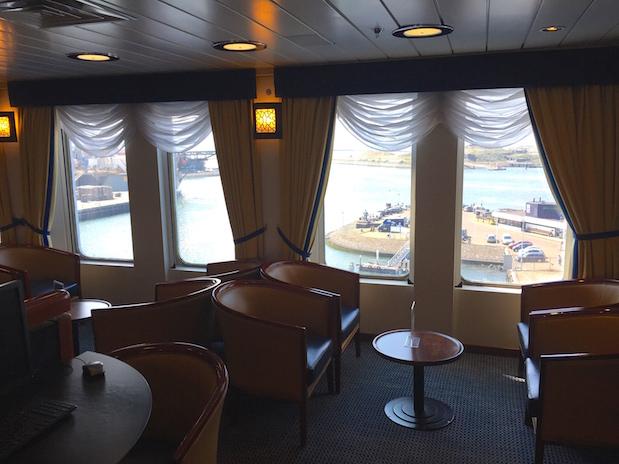 Die elegante Commodore Lounge auf King Seaways für 1.-Klasse-Passagiere