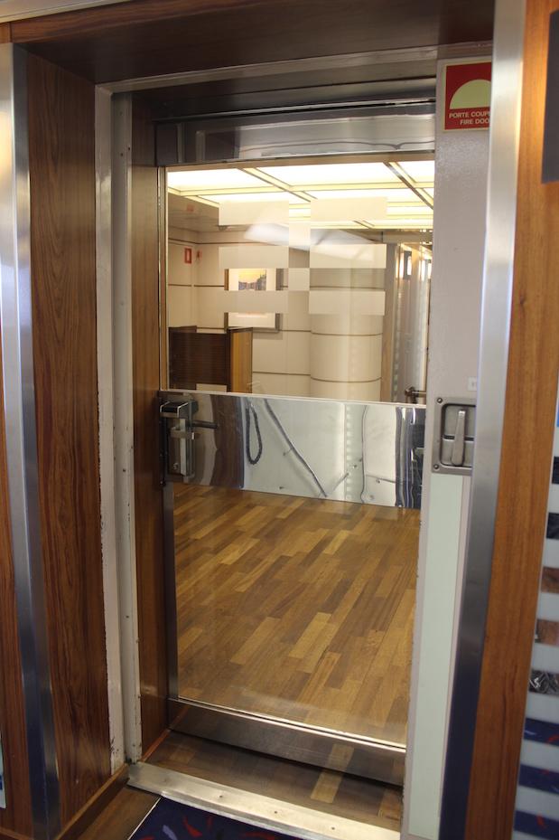 Members only: Durch diese Tür gelangt man zu den Kabinen der Ersten Klasse
