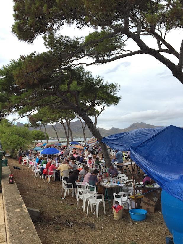 Feiertag in Spanien: Grillparty im Strand