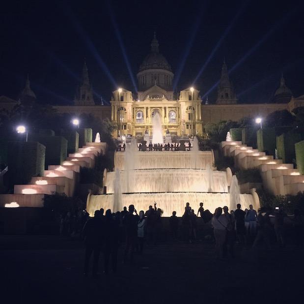 Über der Font Magica in Barcelona thront das pompös beleuchtete Museu National d'Art de Catalunya (MNAC)