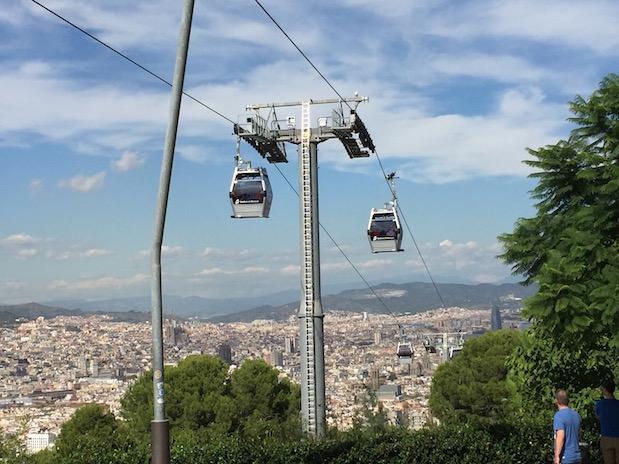 Die modernen Gondeln der Montjuïc-Seilbahn hoch über Barcelona