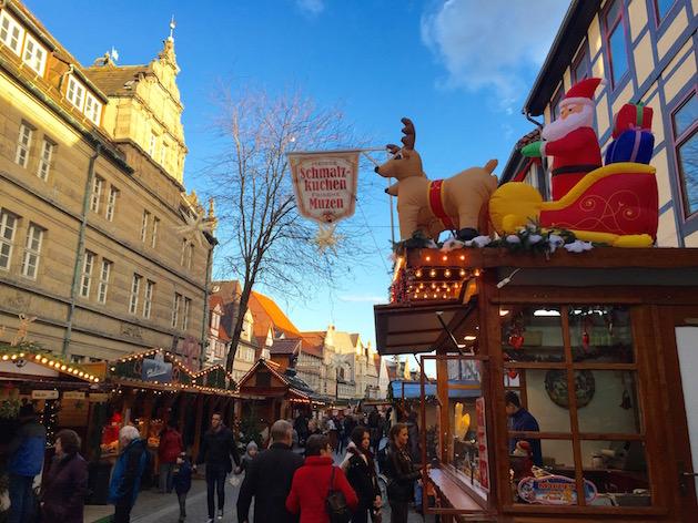 Buden auf dem Weihnachtsmarkt in Hameln