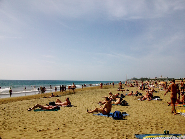 Schwule Männer flirten im Urlaub am Gay-Strand auf Gran Canaria