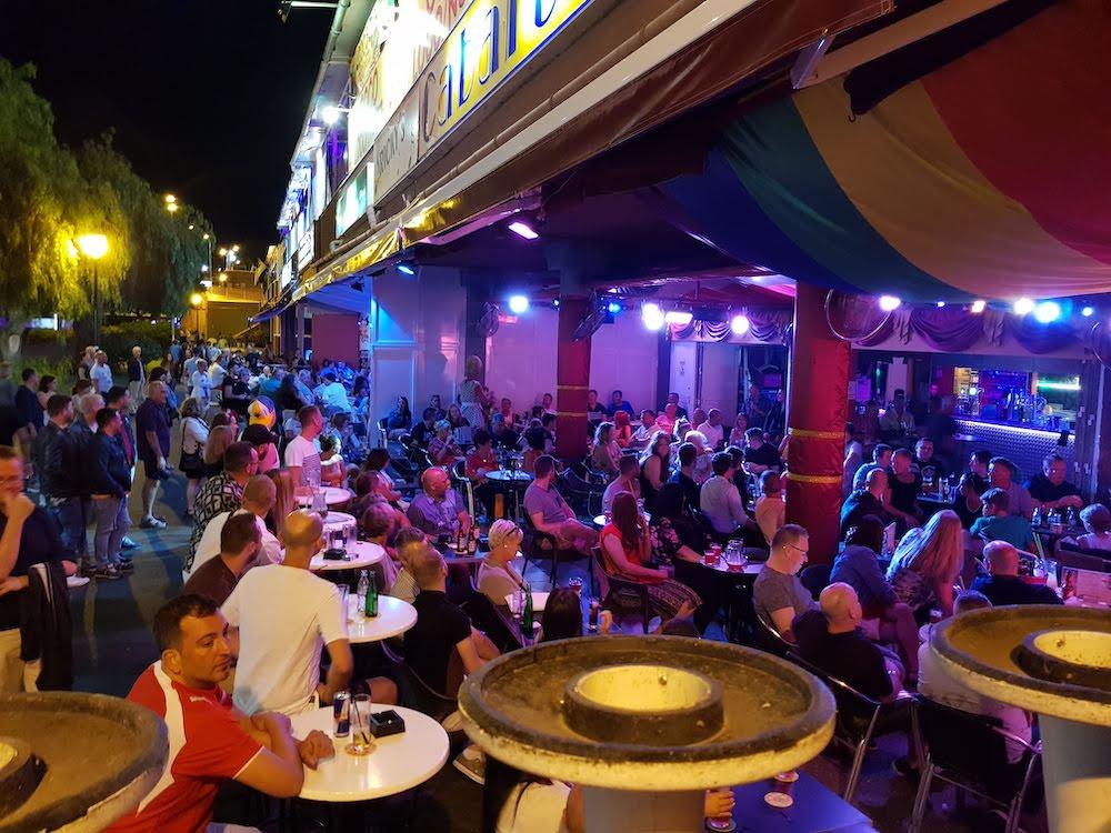 Bei Nacht erwachen die Gar Bars und Club im Yumbo Centrum zum Leben