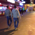 Schwules Paar im Yumbo Center auf Gran Canaria