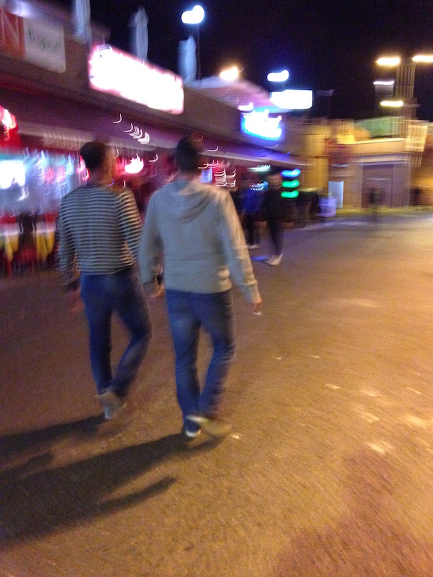Gayreisen Gran Canaria: Schwules Paar Hand in Hand im Yumbo Center