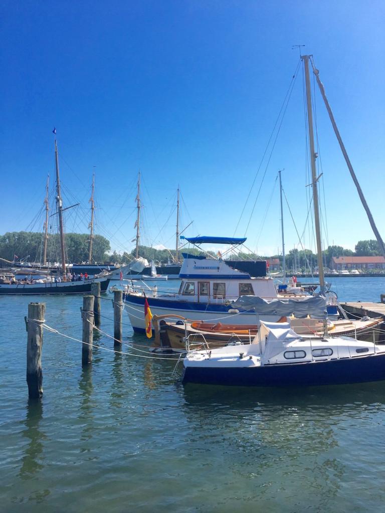 Viel Verkehr: Segelboote in Travemünde