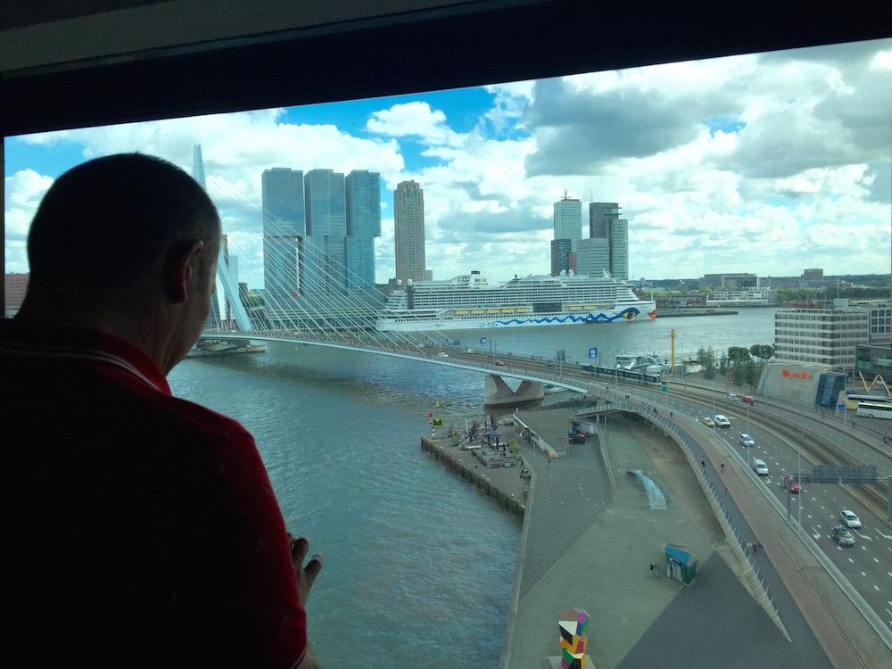 Ausblick aus dem Hotelzimmer auf Erasmusbrücke und AIDAprima in Rotterdam