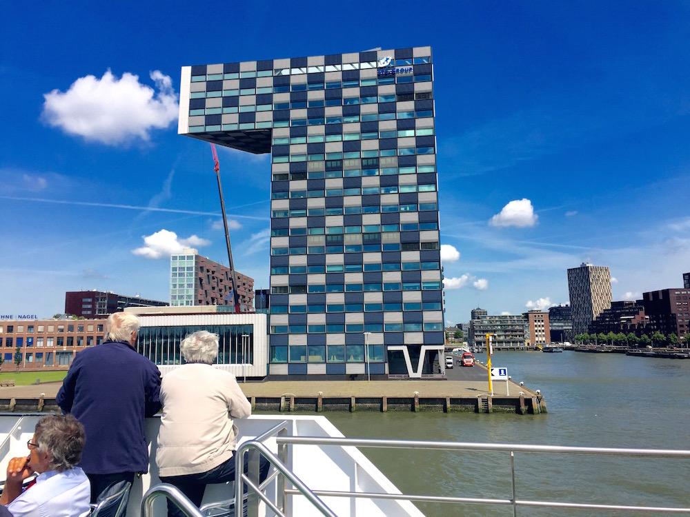 Auf einer Hafenrundfahrt in Rotterdam gibt es viel moderne Architektur zu bestaunen