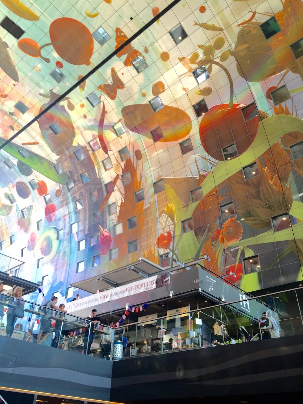 Riesiges Deckengemälde des Künstlers Arno Coenen in der Rotterdamer Markthalle