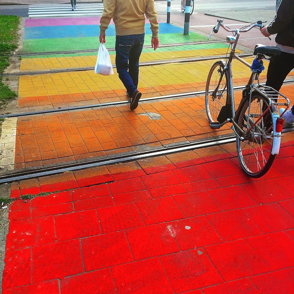 Nicht nur für Schwule in Rotterdam: Regenbogen-Zebrastreifen