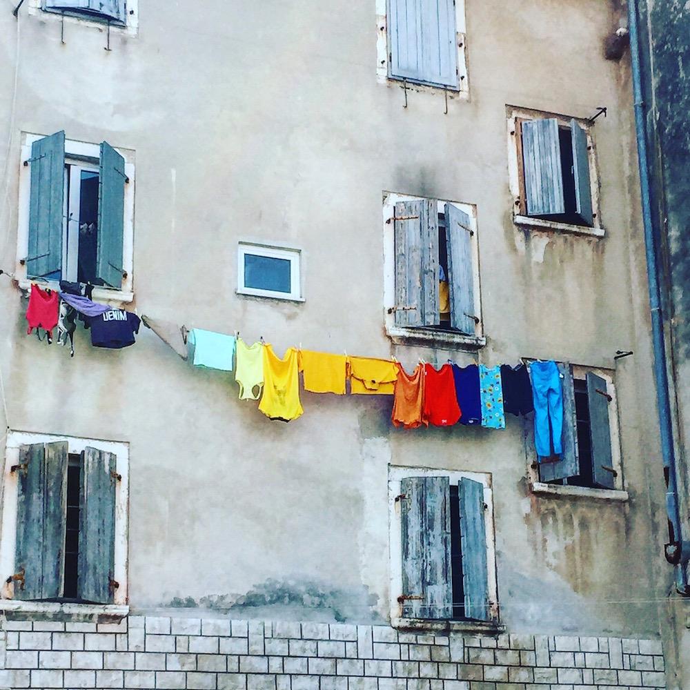 Farbenfrohe Alternative zur schwulen Regenbogenflagge in der Altstadt von Rovinj