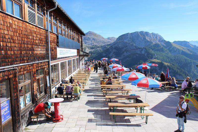 Auf der Restaurant-Terrasse der Jenner-Bergstation gönnten wir uns eine Brotzeit