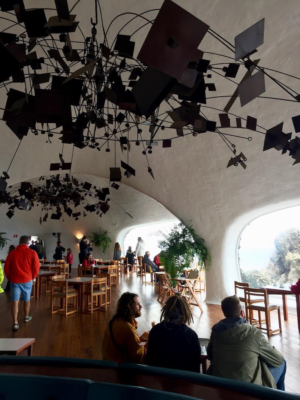 Vom lanzarotenischen Künstler César Manrique entworfenes Café mit massivem Kunstwerk unter der Decke