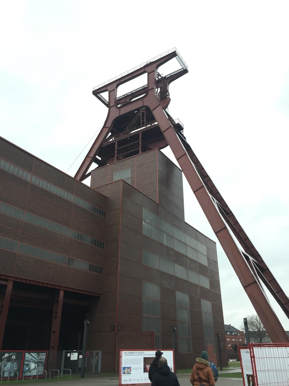 Der imposante Förderturm der Zeche Zollverein in Essen