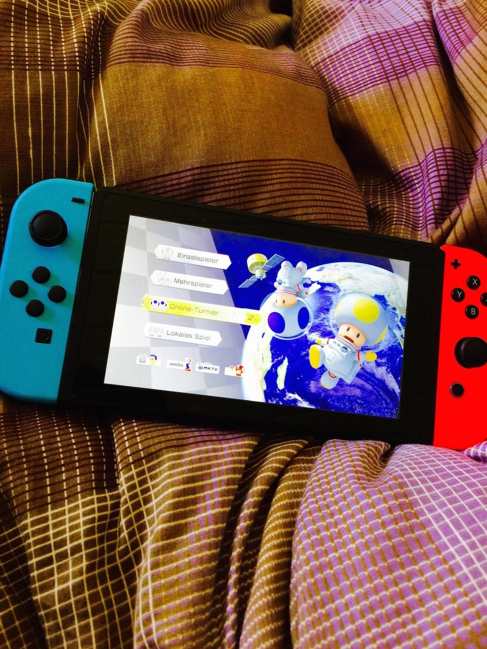Nintendo Switch: Mario Kart 8 Deluxe im Bett spielen