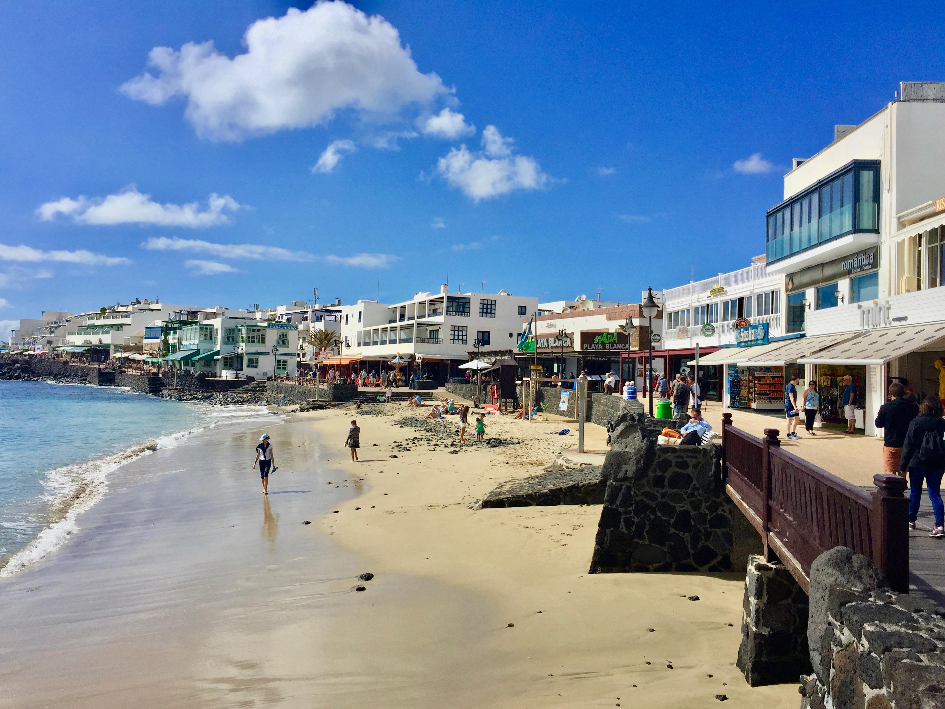 Strand in Playa Blanca im Süden von Lanzarote
