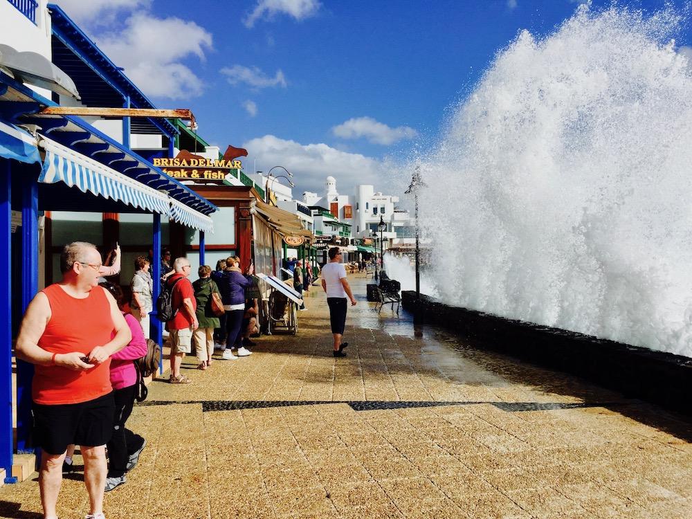 Bei Sturm spritzen die Wellen an der alten Küstenpromenade von Playa Blanca meterhoch