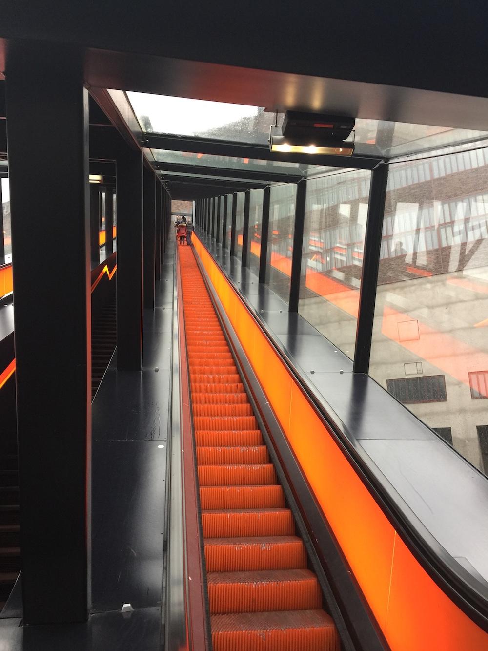 Die lange Rolltreppe führt zum Eingang des Ruhr Museums