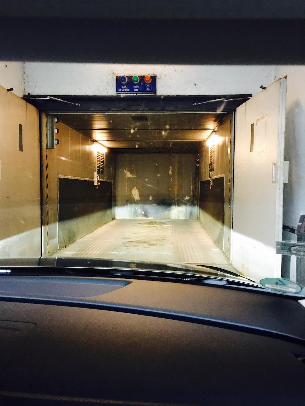 Aufregende Fahrt mit dem Autolift in unserem Hotel in Aarhus