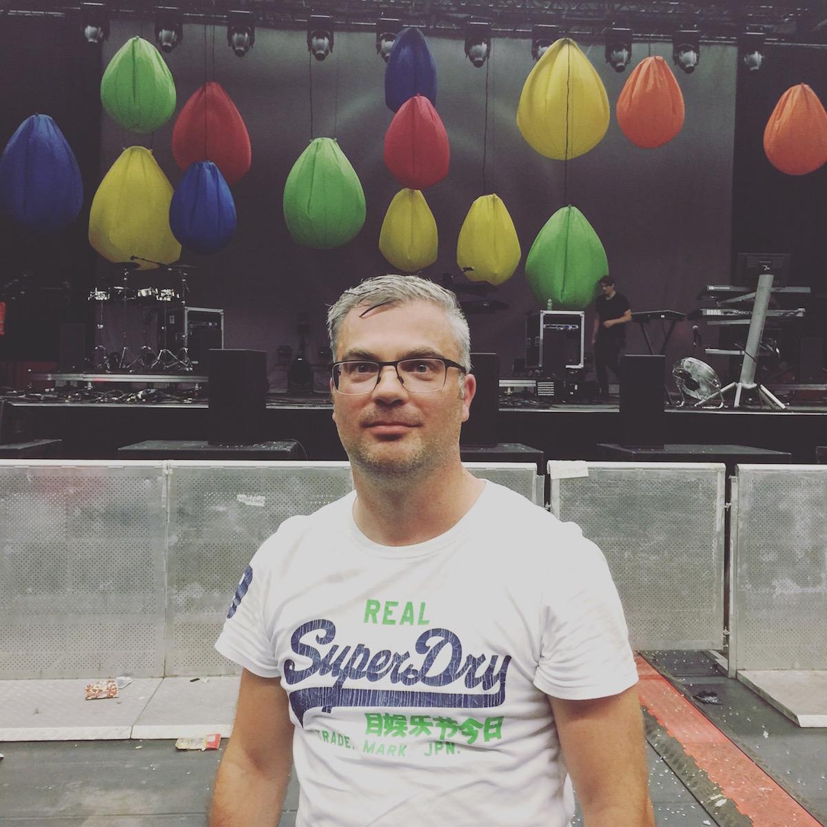 Ein glücklicher und verschwitzter Fan nach der Show in der Swiss Life Hall