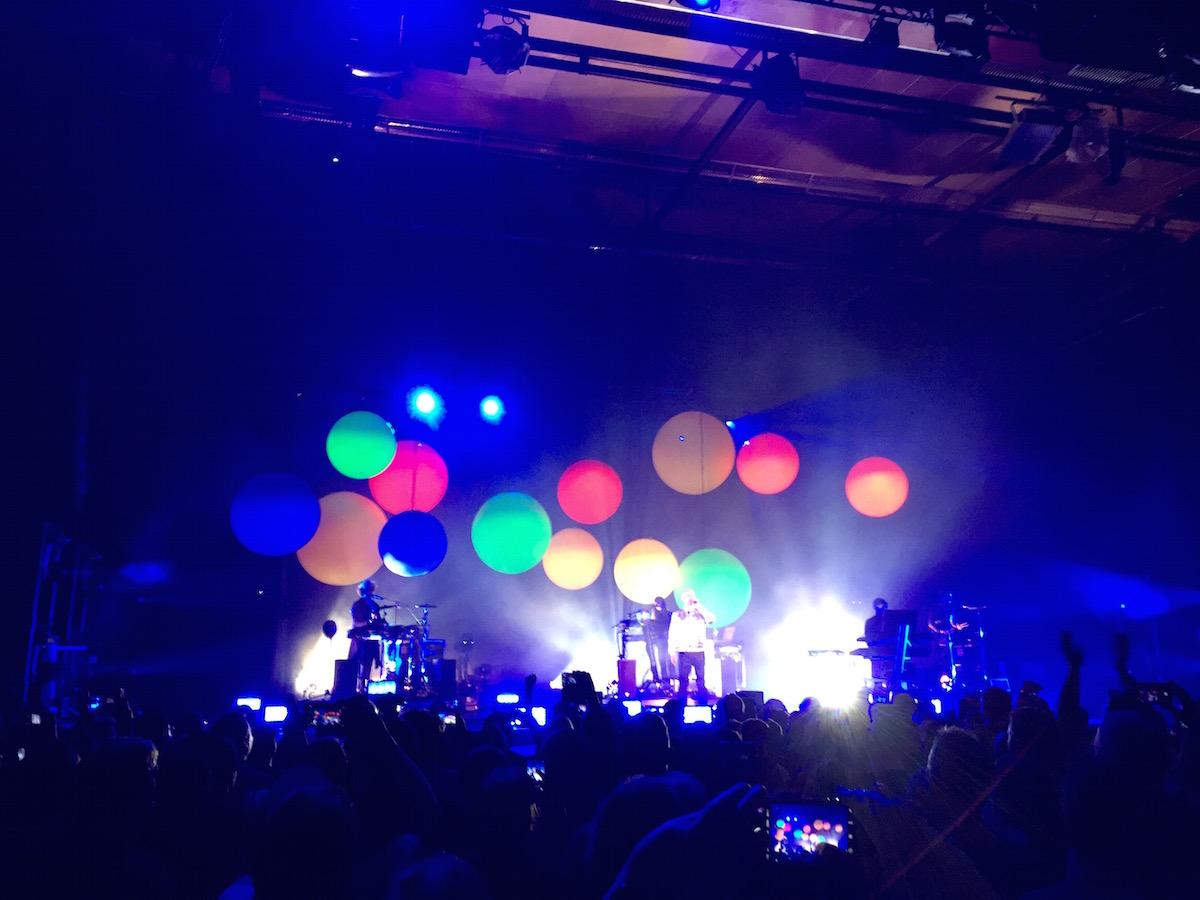 Gegen Ende der Show gibt es viele bunte Ballons auf der Bühne