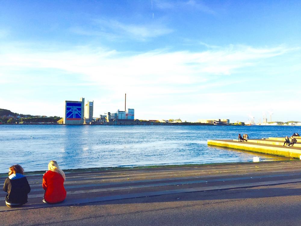 Die Industrieanlagen am Limfjord sind in Aalborg nicht zu übersehen