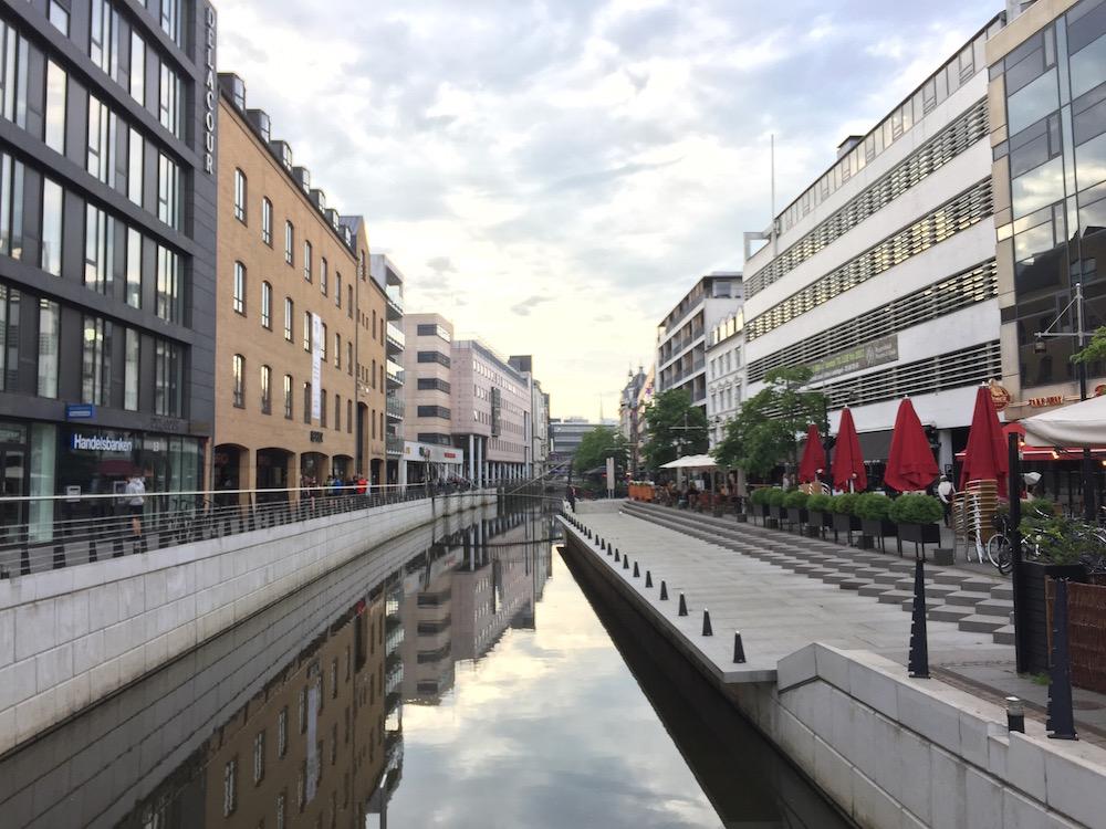 Åboulevarden, ein Kanal mit vielen Cafés und Restaurants im Zentrum von Aarhus