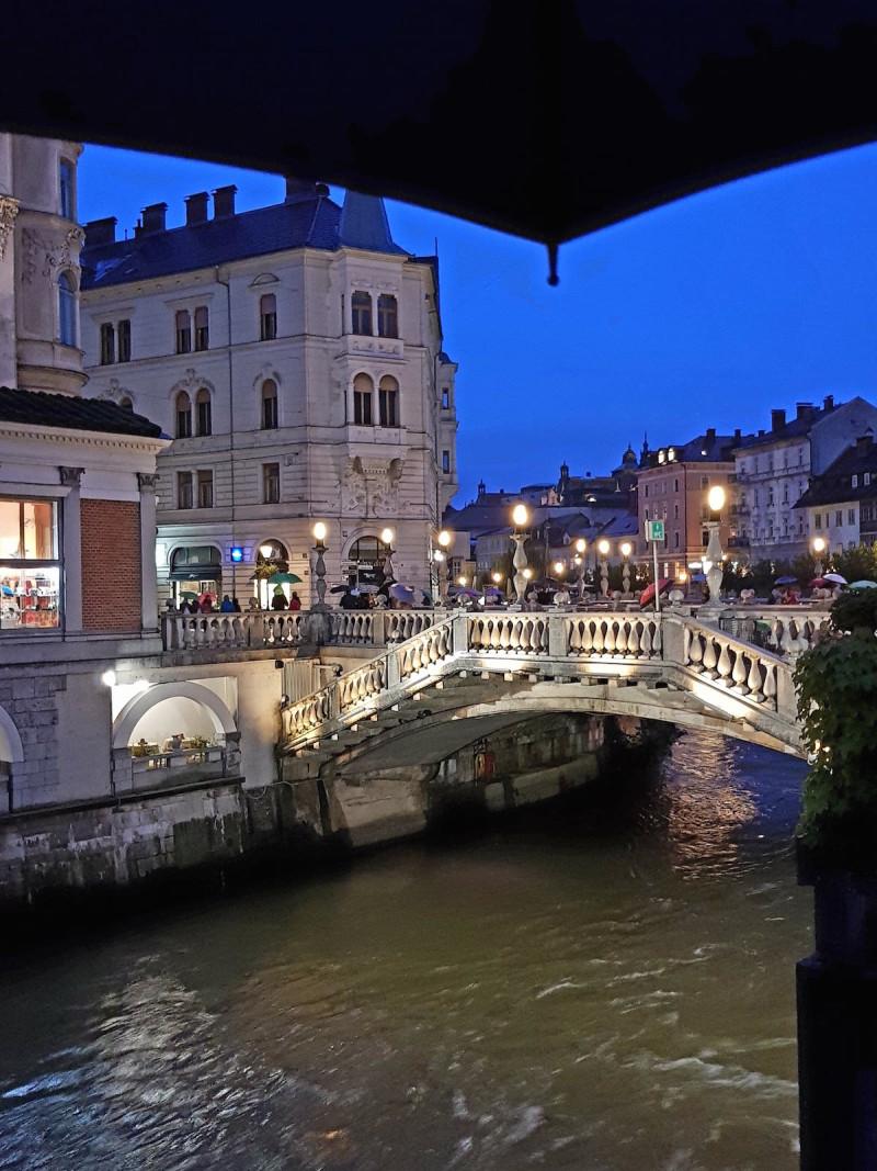 Der Fluss Ljubljanica gibt der Stadt Ihren Namen.