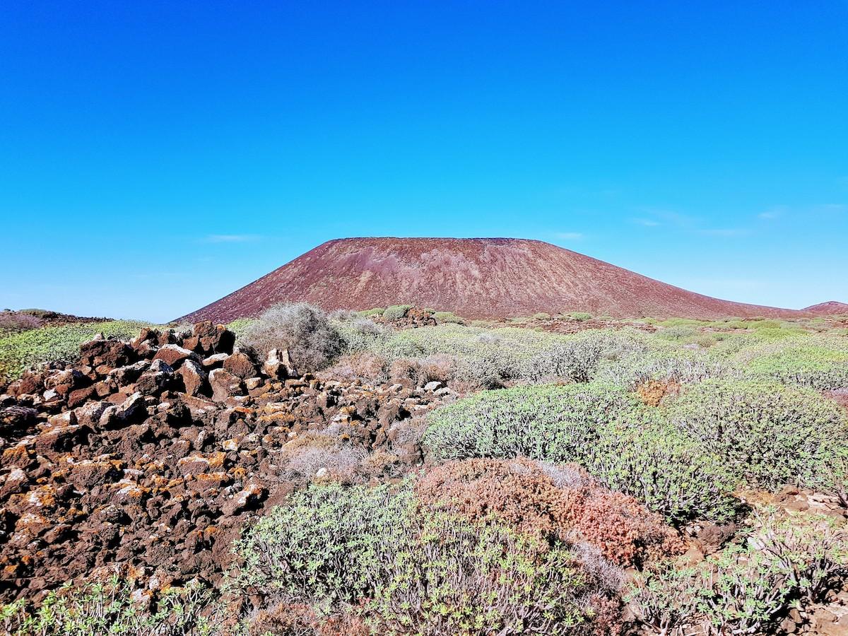 """Der Berg """"Montaña La Caldera"""" ist das Wahrzeichen von Lobos"""