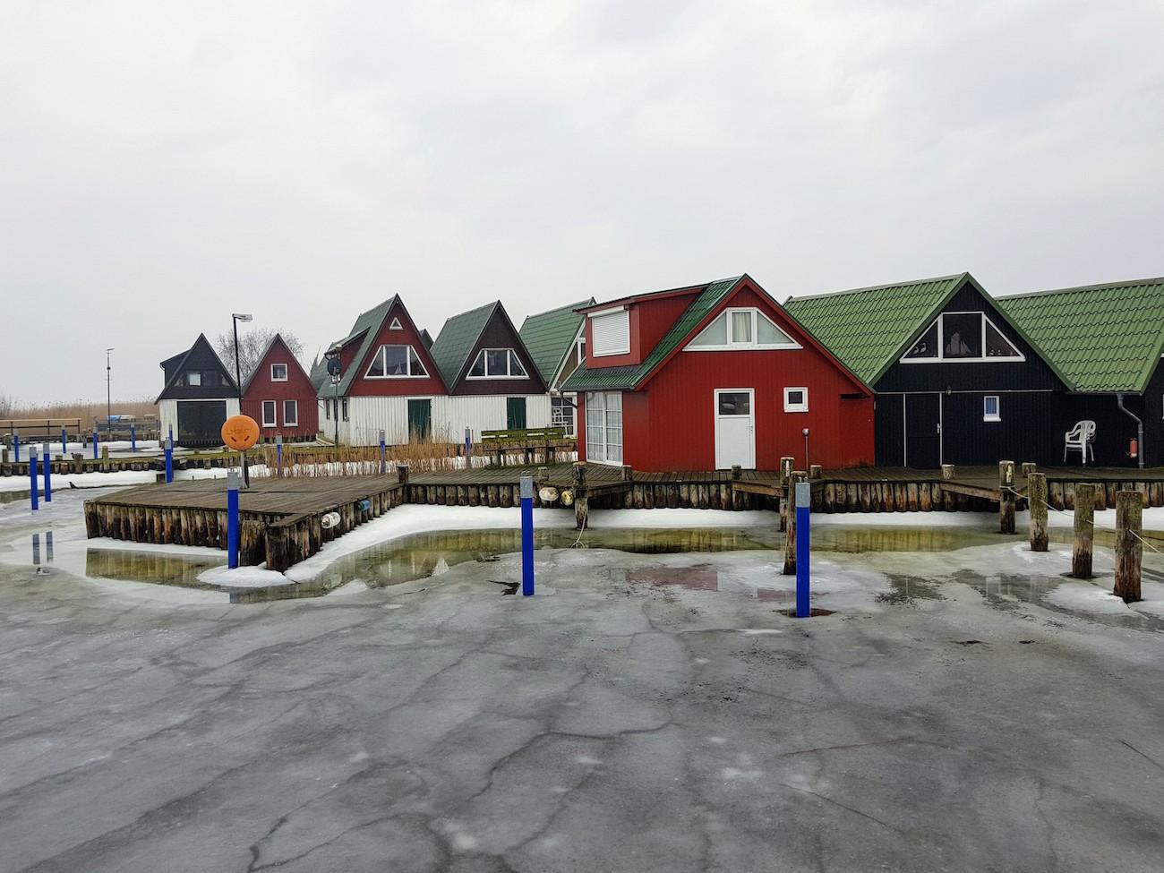 Der Hafen von Ahrenshoop liegt am Bodden und ist im Winter vereist