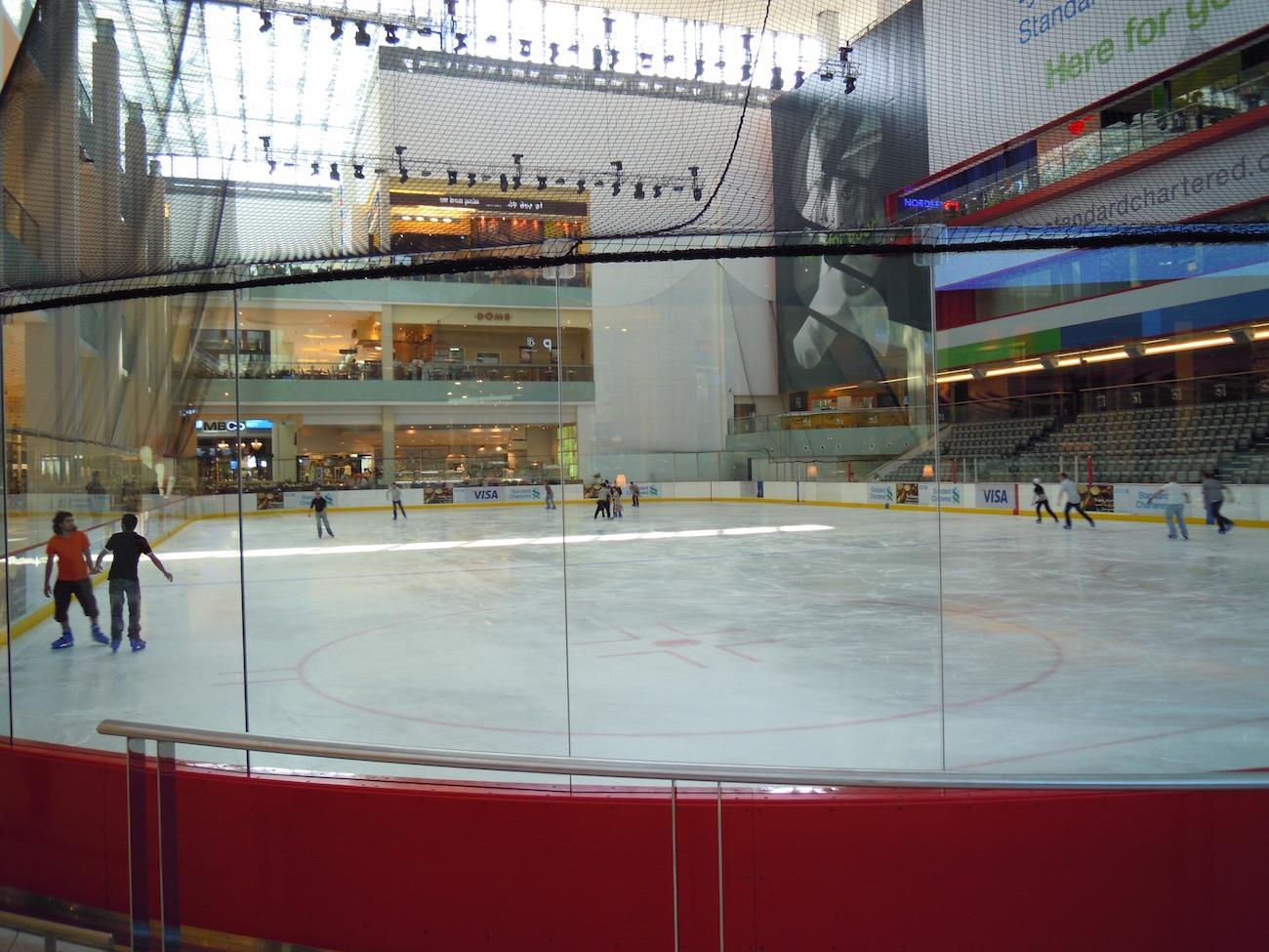 Wer Lust zum Eislaufen in der Wüste hat, kann dies in der Dubai Mall gerne tun