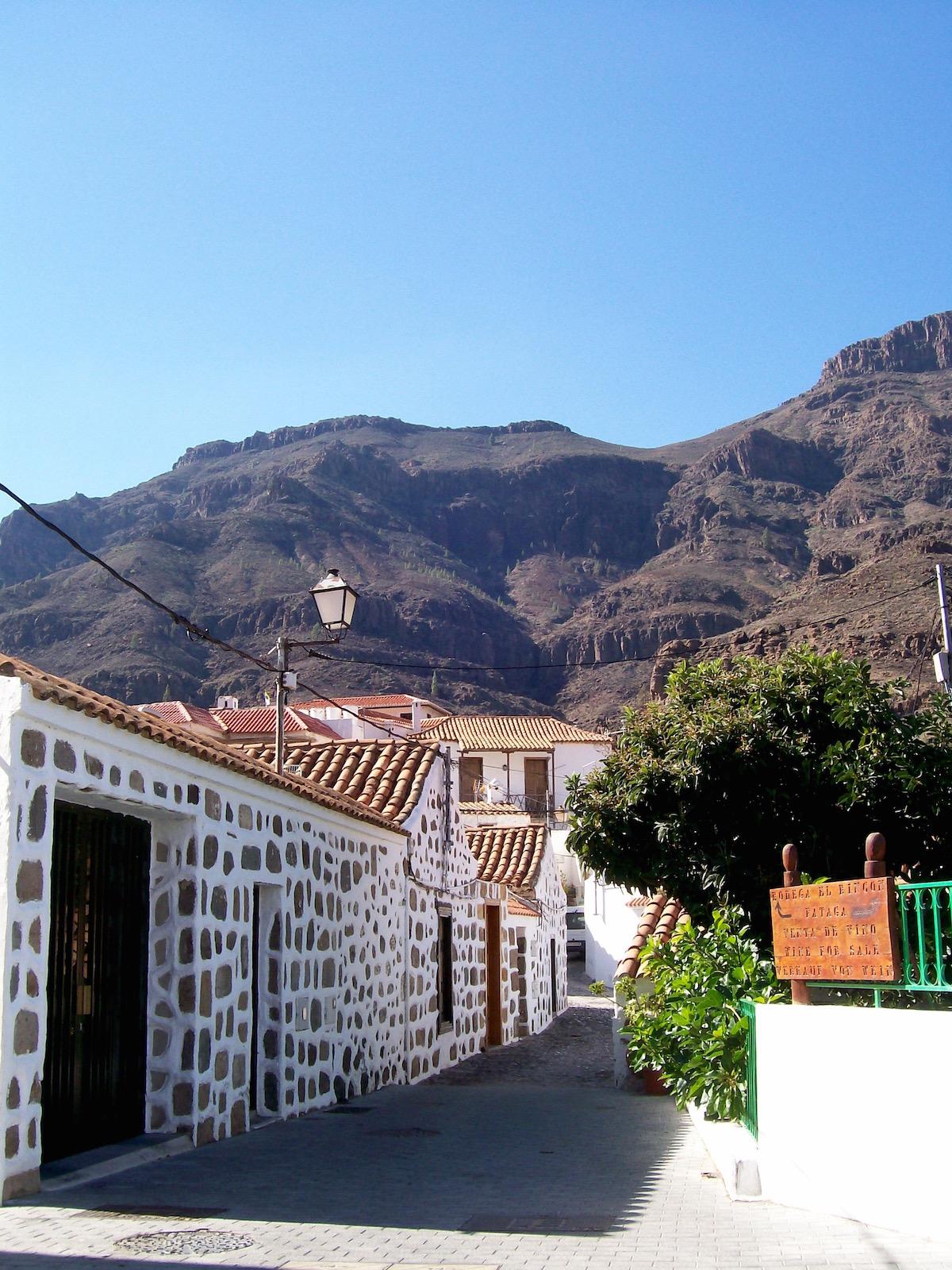 Fataga - schöne Natursteinhäuser vor prächtiger Bergkulisse