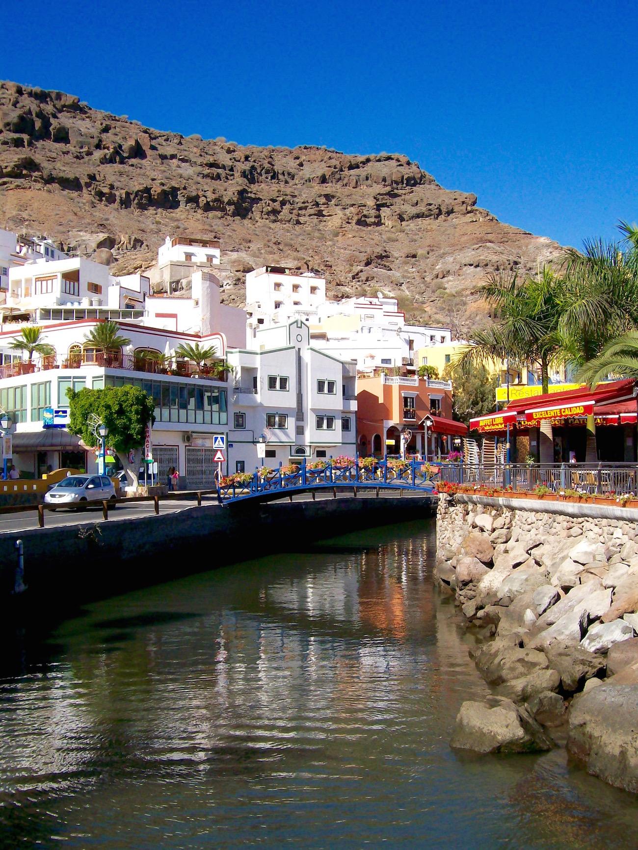 """Der Kanal mit seinen Brücken macht Puerto de Mogan zu """"Klein-Venedig"""" auf Gran Canarua"""