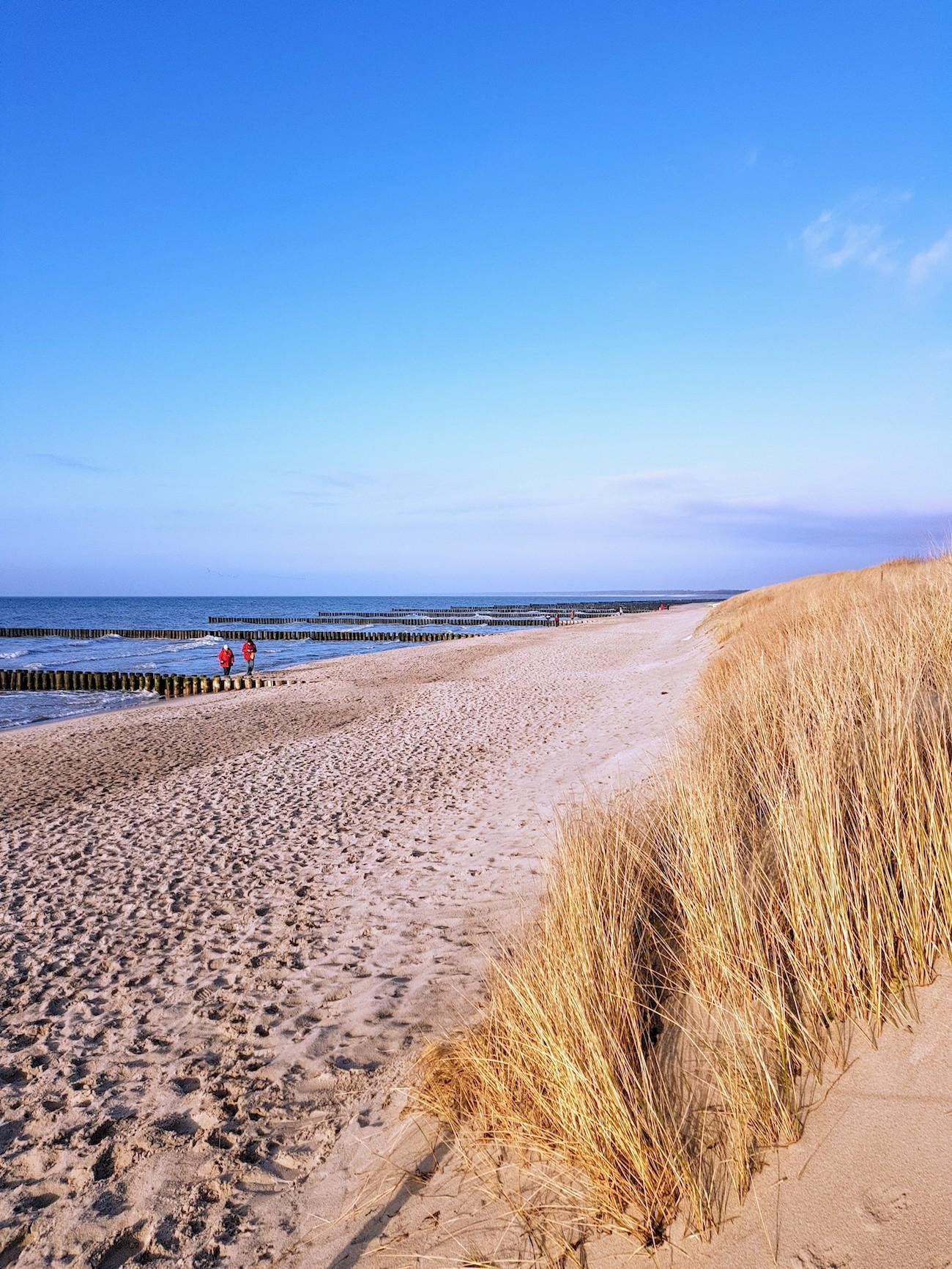 Dieser traumhafte Strand befindet sich direkt vor dem Hotel The GRAND in Ahrenshoop