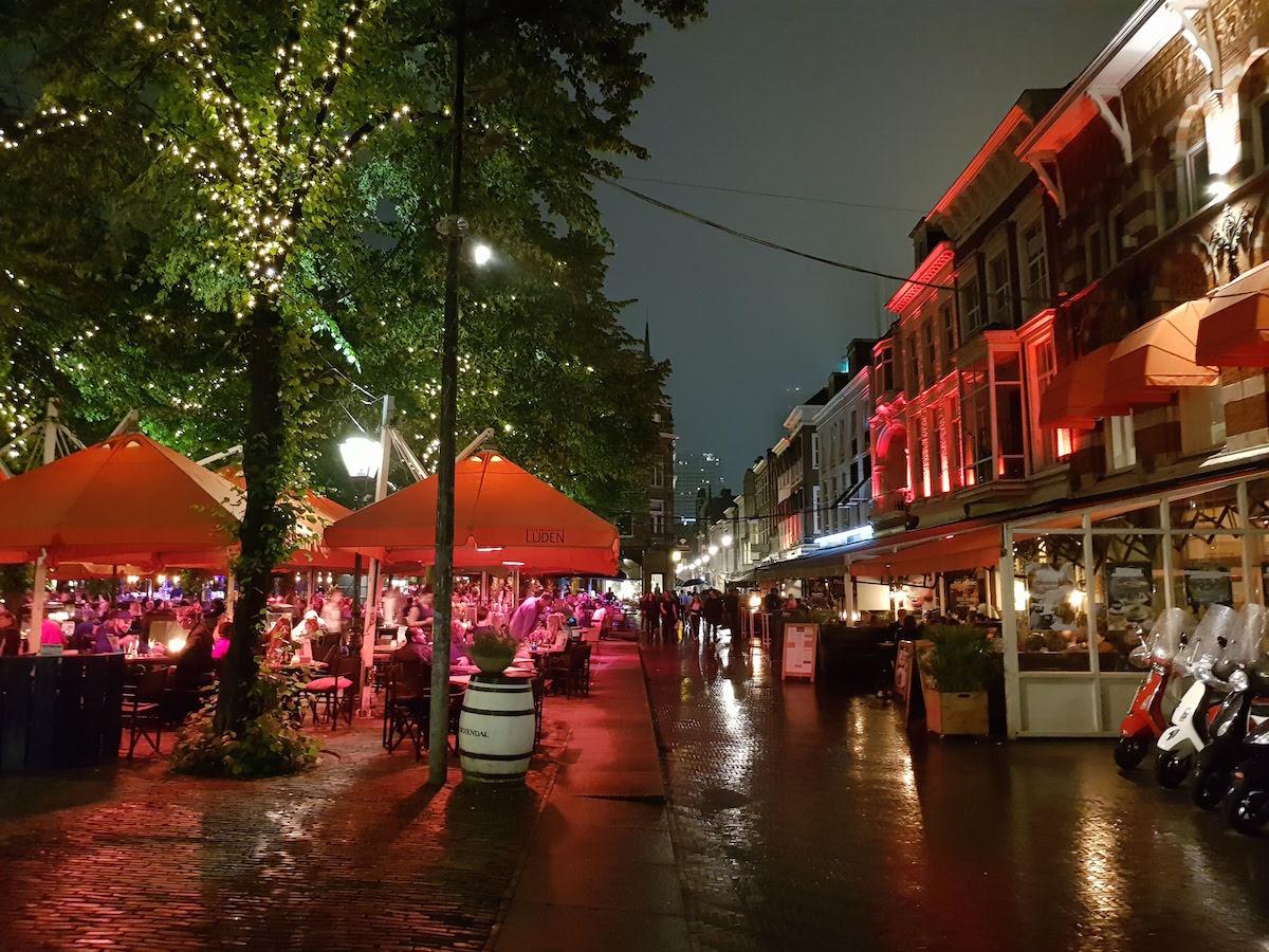 Der Plein-Platz ist DER Treffpunkt in Den Haag