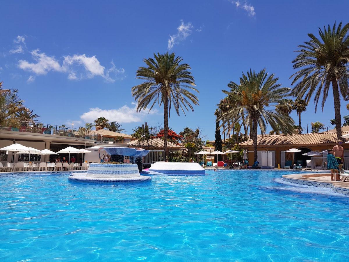 Sommerurlaub Gran Canaria: Strahlend blauer Himmel über dem Hotel-Pool