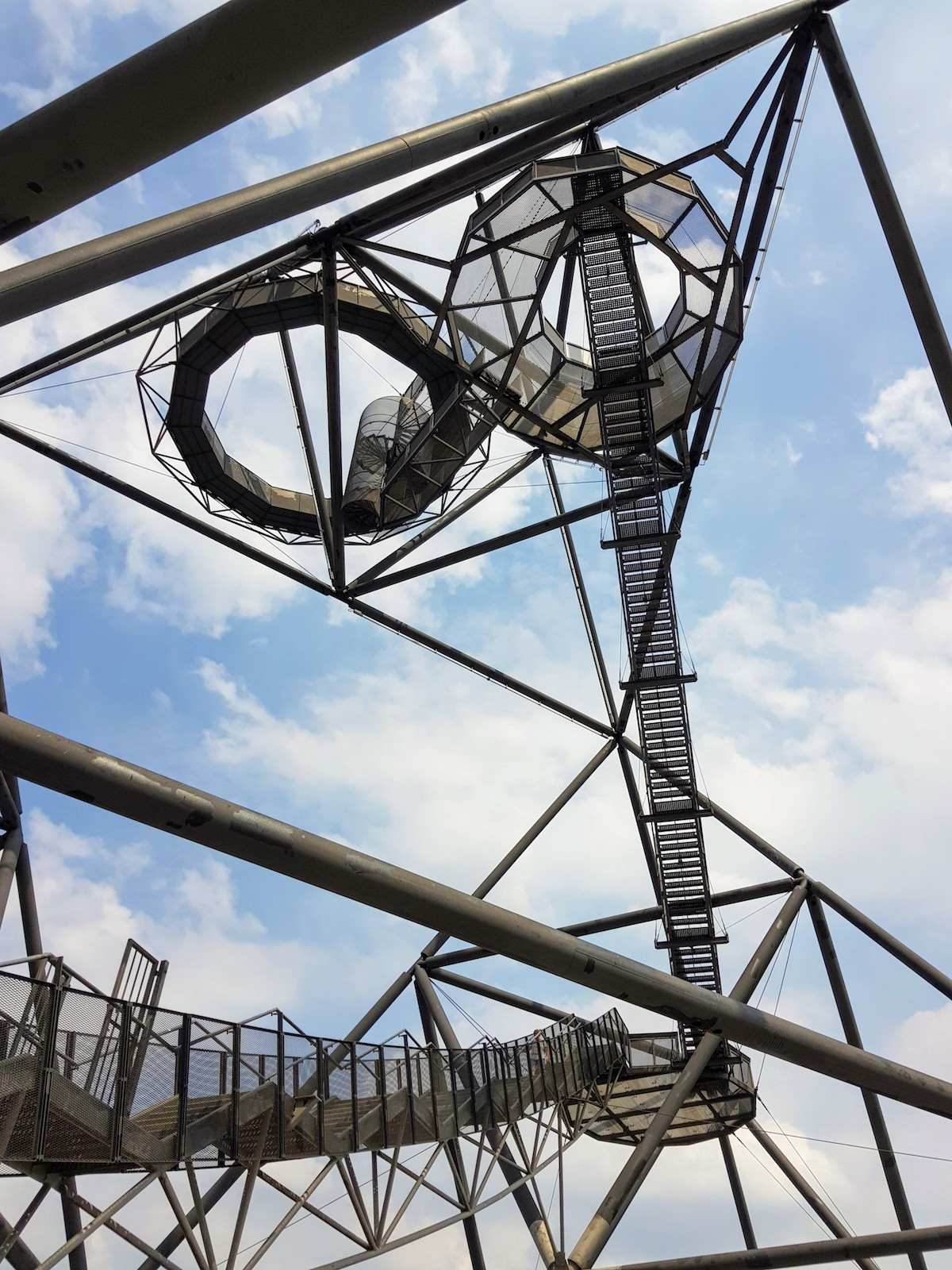 Nur für Schwindelfreie: Schwingende Treppen führen zur Aussichtsplattform